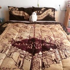 Harry Potter bed sheets with a Hedwig plushie Mode Harry Potter, Theme Harry Potter, Harry Potter Merchandise, Harry Potter Houses, Harry Potter Love, Harry Potter Fandom, Harry Potter World, Harry Potter Clothing, Harry Potter Quilt