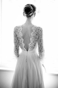Vestido de novia con escote en pico y encaje de Chantilly de Constance Fourier