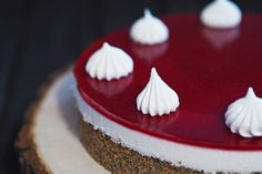 Mohn-Joghurt-Torte mit Himbeerspiegel Vegan Desserts, Delicious Desserts, Pretzel, Food Photography, Food And Drink, Xmas, Sweets, Chocolate, Baking