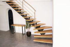 Notre escalier VETERA vu de face! avec son limon central en acier peint et ses marches en bois l'escalier VETERA est résolument très contemporain. Une création signée Métal design