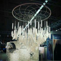 Wundervolle Idee auf der Creative World in Frankfurt von #burda entdeckt. Zwischen den Federn würde ich eventuell noch lämpchen machen. Unglaubliche Inspiartion ! #traumfänger #feder #diy #lampe #creativeworld