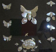 Autorretrato  Reflejada entre mariposas, tímidas, silenciosas, viajeras, portadoras de sueños..., y el destello del flash como símbolo de mi luz  interior.