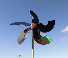 Molinillo de viento, reciclando cds, corcho... Video de JM-QJ Wind Spinners, Garden Spinners, Kinetic Wind Art, Wind Chain, Cd Diy, Plastic Bottle Crafts, Mobile Art, Craft Markets, Outdoor Art