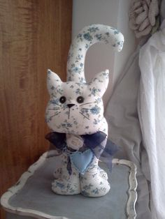 Cats Toys Ideas - gatto fermaporta - Ideal toys for small cats Sewing Stuffed Animals, Stuffed Animal Patterns, Cat Crafts, Diy And Crafts, Diy Cat Toys, Ideal Toys, Fabric Animals, Cat Pillow, Cat Pattern