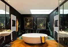 #excll #дизайнинтерьера #решения Ванная комната — это сама утонченность и стиль. Сама ванная от люксового бренда Castello Luxury Baths могла бы быть центром внимания комнаты. Но внимание приковывает к себе декор стен — яркий контраст репродукций золотого века голландской школы живописи с  бамбуком в восточной тематике.
