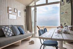 Une maisonnette bleue sur la plage - PLANETE DECO a homes world Living Room Lounge, Living Spaces, Entryway Bench, Dining Bench, Appartement Design, Rose Cottage, Common Area, Scandinavian Interior, Home Fashion