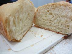 4 1/2 xícaras (de sopa) de farinha de trigo  - 2 colheres (de sopa) de margarina (ou manteiga ou banha)  - 2 colheres (de sopa) de açúcar  - 1 colher (de sopa) de sal  - 2 ovos  - 1 pacotinho de fermento biológico seco  - 1/2 litro de água morna  -