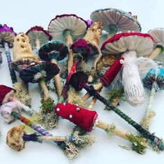 fabric mushrooms pearls pieces pretty small Mushrooms Made Mushrooms Made with small pieces of fabric, wood, pearls. Mushroom Crafts, Felt Mushroom, Mushroom Art, Craft Projects, Sewing Projects, Crochet Projects, Felt Crafts, Diy Crafts, Soft Sculpture