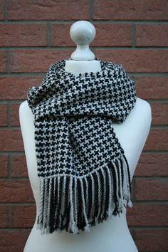 Nuovi arrivi nel mio negozio #etsy: Sciarpa pied de poule beige e nero in lana, cashmere e alpaca tessuta al telaio http://etsy.me/2CPOKQ1