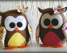 PESO DE PORTA CORUJA Felt Owls, Felt Animals, Sewing Projects, Projects To Try, Owl Crafts, Owl Patterns, Sewing Toys, Love Sewing, Hobbies And Crafts