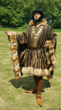 1415 silk Houppelande with fox fur trim. Looks amazing in the sunlight ^^