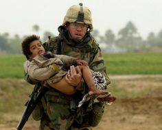 US Iraq war hero Joseph Dwyer. The iconic picture shows Dwyer carrying an injured Iraqi boy who he rescued from crossfire. After the war, Dwyer was diagnosed w/ PTSD. Faced w/ being jobless, marital breakdown, violent delusions. Dwyer later died of a drug Us Iraq War, Afghanistan War, Les Scouts, Papua Nova Guiné, La Compassion, Army Medic, Combat Medic, Support Our Troops, Military Photos