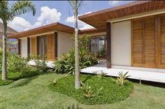Casa de campo moderna sem perder o charme com portas e forro de madeira!