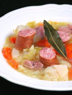 Recette Soupe au chou vert : Blanchissez les feuilles de chou dans de l'eau bouillante 3 à 4 min, laissez refroidir. Une fois le chou refroidi, coupez-le en morceaux. Épluchez et coupez tous les légumes en morceaux. Remplissez à moitié une marmite d'eau, mettez-y tous les légumes, le sel, le p...