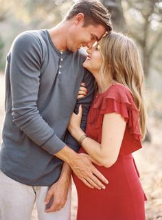 Love the look of the grey and red // maternity session what to wear