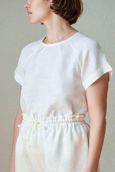 Linen Raglan Tee Tutorial with links to pdf pattern Sewing Patterns Free, Free Sewing, Sewing Tutorials, Clothing Patterns, Sewing Projects, Sewing Ideas, T Shirt Sewing Pattern, Tutorial Sewing, Sewing Diy