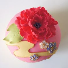 Cupcakes almost too beautiful to eat! Adding a Japanese touch to cake decorating Japanese Pastries, Japanese Sweets, Japanese Food, Japanese Crane, Japanese Things, Japanese Beauty, Mini Wedding Cakes, Mini Cakes, Tolle Cupcakes