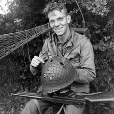 13 Jul T/Sgt. Meredith Rogers with his sniper-damaged helmet. American Spirit, American War, Ww2 History, Military History, Ww2 Pictures, War Photography, Military Photos, D Day, War Machine