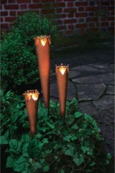 Diese Gartenstecker in Rost Optik sorgen für ein wohliges Leuchten im Garten