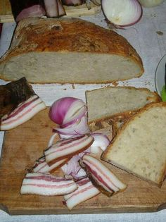 Slanina ( bacon) with bread and onions. Grandparents fast food when they didn't have time to prepare meal Serbian Recipes, Bulgarian Recipes, Serbian Food, Bulgarian Food, Romania Food, Peasant Food, Always Hungry, Food Preparation, Have Time