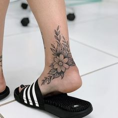 An ankle tattoo has the advantage that it can quickly become invisible on various occasions. Because sometimes you can't display tattoos, Top Tattoos, Trendy Tattoos, Body Art Tattoos, Small Tattoos, Tattos, Foot Tattoos Girls, Foot Tattoos For Women, Girl Tattoos, Tatoo Art