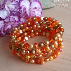 Oranssi-kulta helmirannekoru Upea helmirannekoru erisävyisistä oransseista ja kullanvärisistä makeanveden helmistä, lasihelmistä, kristallihelmistä ja kissansilmähelmistä Rannekoru kieputetaan ranteeseen Rannekorussa ei ole lukkoa Rannekorun halkaisija on Kulta, Ornament Wreath, Ornaments, Wreaths, Bracelets, Home Decor, Charm Bracelets, Room Decor, Bracelet