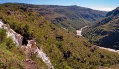 Canyon Guartelá. Parque Estadual do Guartelá, Rod. PR-340, Km 42, Guartelá de Cima, Tibagi - Paraná. Coordenadas geográficas 24° 34' Sul do Equador e 50°14' Oeste de Greenwich, na margem esquerda do canyon do rio Iapó. E-mail: peguartela@iap.pr.gov.br