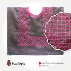 Huipil sencillo gris satinado, con tejido de cadenilla en hilos rosa y fucsia.