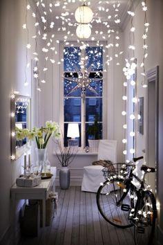 idées-déco-maison-Noël-guirlandes-luminauses-entrée-fleurs-banches idées déco maison