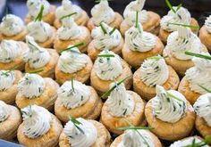 Rețeta Vol au vent cu cremă de brânză sau Coșulețe din foietaj cu cremă de brânză Vol Au Vent, Mini Cupcakes, Biscuit, Bacon, Food And Drink, Vegetarian, Snacks, Cooking, Desserts