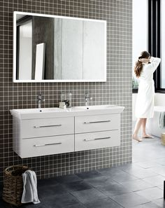 LED mirror with rounded corners and integrated lighting. Stylish white high-gloss frame.