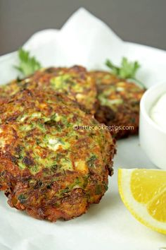 Greek zucchini and feta fritters (Kolokythokeftedes): The ultimate Greek summer appetizer! Meze Recipes, Greek Recipes, Appetizer Recipes, Vegetarian Recipes, Cooking Recipes, Amish Recipes, Mediterranean Diet Recipes, Mediterranean Dishes, Vegetable Dishes