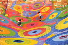 If you ever get a chance to go to the Hakone sculpture park in Sapporo, Japan then you'll immediately notice a very cool, colorful landscape of crochet netting that kids can play on. This is the most famous work of textile artist Toshiko Horiuchi MacAdam. Yarn Bombing, Art Au Crochet, Crochet For Kids, Sapporo, Guerilla Knitting, Web Japan, Tokyo Japan, Parc A Theme, Urbane Kunst