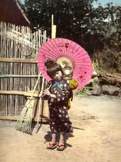 Child, baby and umbrella-salt from Okinawa Soba Made me think of naima n xeno Old Pictures, Old Photos, Vintage Photos, Geisha, Samurai, Japanese Photography, Art Japonais, Japanese Outfits, Jolie Photo