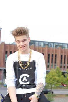 Taddl Tjarks, is a german YouTuber and i think he's cute but also he has a fantastic style