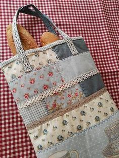 De nuevo por aquí chicas, para enseñaros alguna cosita nueva. Recordaís hace mucho, mucho tiempo, cuando emp... Patchwork Bags, Quilted Bag, Sewing Caddy, Fabric Storage Baskets, Fabric Gift Bags, Buy Bags, Simple Bags, Handmade Bags, Fabric Scraps