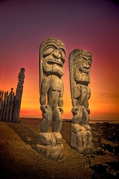 Tiki warriors. Pu'uhonua O Honaunau National Historical Park - The City of Refuge. Hawaï