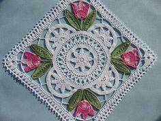 Gorgeous crochet lace mat: Tulpanduk by Anna-Lisa Safstroms (Denmark) Crochet Diy, Crochet Motifs, Crochet Blocks, Crochet Squares, Crochet Home, Thread Crochet, Love Crochet, Crochet Granny, Crochet Crafts