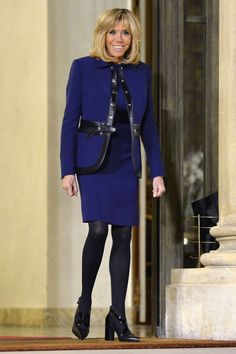 From double-breasted coats to jeans and sneakers, First Lady Brigitte Macron (née Trogneux) proves she's France's latest style icon. Jeans And Sneakers, Best Sneakers, Popular Sneakers, French First Lady, Louis Vuitton Dress, Beaux Couples, Brigitte Macron, Moda Chic, Emmanuel Macron