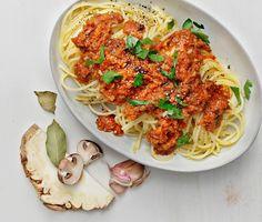 """Spaghetti med svamp- och rotfruktssås är ett gott vegetariskt alternativ till köttfärssås. En smakrik grön bolognese med tomatsås och mustig vegetarisk """"färs"""" av rotselleri, lök, vitlök och massor av svamp. God till pasta med parmesan!"""