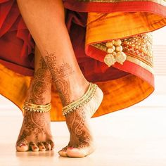 The intensity of a bride's mehendi is determined by the groom's affection for her. The redder the mehendi, the deeper his love for her. Isadora Duncan, Bollywood, Tatoo Hindu, Mehndi Designs, Indian Wedding Photography, Mehendi Photography, Couple Photography, Photography Ideas, Estilo Hippie