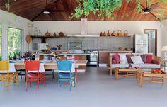 A casa na fazenda pode ganhar vida, com elementos coloridos e espaços bem colocados