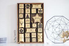 Le calendrier DIY noir et or, dans un plateau repas avec des étagères en carton bricolées :) (mais il reste classe :D )