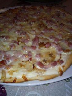 Pizza express flamiche pour 4 gourmands : 1 rouleau de pâte à pizza 150 g de crème fraîche 1 demi oignon 150 g de lardons fumés gruyère râpé