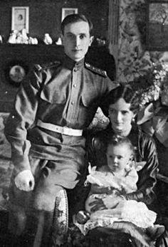* Da Dinastia Romanov, Príncipe Felix Yussupov com a esposa, Irina, e filha *