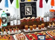 15 tasty graduation ideas: Wow your party guests with a table of clever cafeteria-themed cuisine, served in trendy mini containers. Graduation Party Foods, Grad Parties, Graduation Ideas, Graduation 2016, Graduation Gifts, Picture Frames For Parties, Mini Dessert Cups, Tasting Table, Seasonal Food