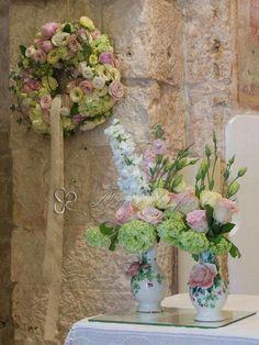 Dettagli di eleganza adornano l'altare nuziale per un giorno del sì indimenticabile e ricco di emozioni!