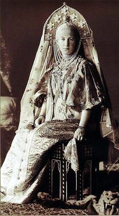 1903 costume ball in the Winter Palace, Saint Petersburg, Russia. Grand Duchess Maria Georgievna in a fancy dress of a peasant woman from the Russian city of Torzhok; the century fashion. Costume Russe, Tsar Nicolas Ii, Grand Duc, House Of Romanov, Winter Palace, Photo Portrait, Portrait Art, Royal Clothing, Imperial Russia