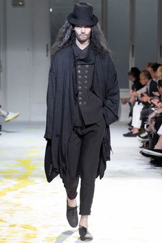 Explore the looks, models, and beauty from the Yohji Yamamoto Spring/Summer 2015 Menswear show in Paris on 26 June 2014 Yohji Yamamoto, All Black Fashion, All Black Outfit, Black Outfits, High Fashion, Runway Fashion, Fashion Show, Mens Fashion, Fashion Design