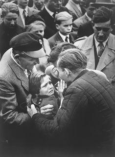Una bambina tedesca incontra il padre, un soldato della Seconda Guerra Mondiale, che non vedeva da quando aveva un anno di età, 1956. rarehistoricalphotos.com